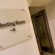 Schild Meeting-Room, Business, Verhandeln, Entscheiden